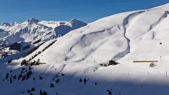 Ein schneebedeckter Berg.
