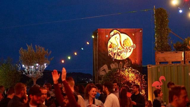 Bild bei Nacht von feiernden Leuten im Peter Flamingo