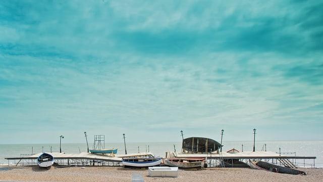 Die Bühne der Oper «Grimes on the Beach», bestehend aus Brettern und Fischerbooten, am Strand von Aldeburgh.