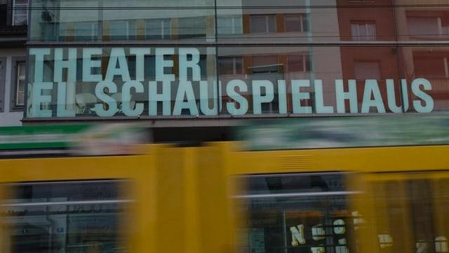 Ein Tram der BLT fährt vor dem Basler Schauspielhaus durch.