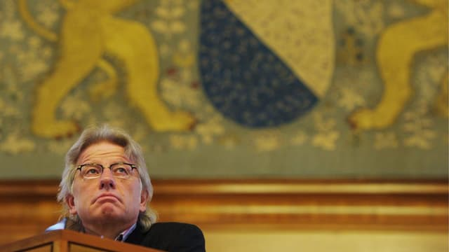 Der AL-Regierungsratskandidat Markus Bischoff im Parlament, vor dem Zürcher Wappen.