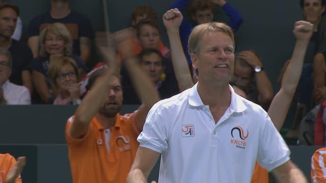 Der niederländische Coach freut sich.