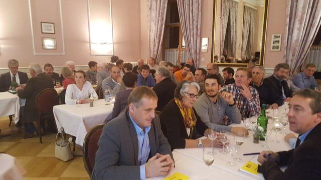 Ina sala plaina a la delegada da la PBD a Zernez en il hotel Bär & Post