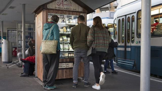 Foodautomat auf Traminsel, Personen, Tram