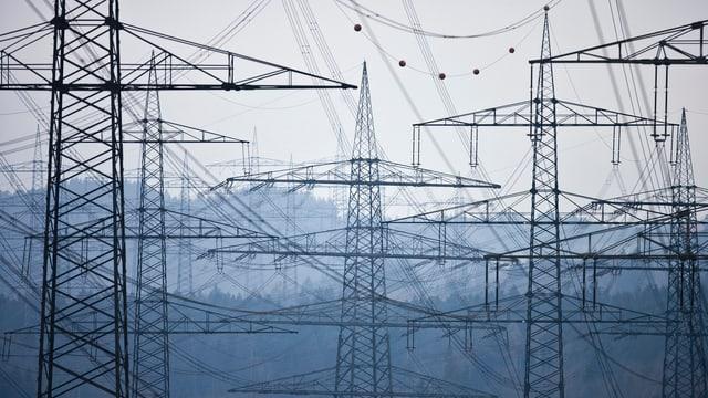 Das Bild zeigt viele Stromleitungen in der Nähe von Laufenburg im Kanton Aargau.