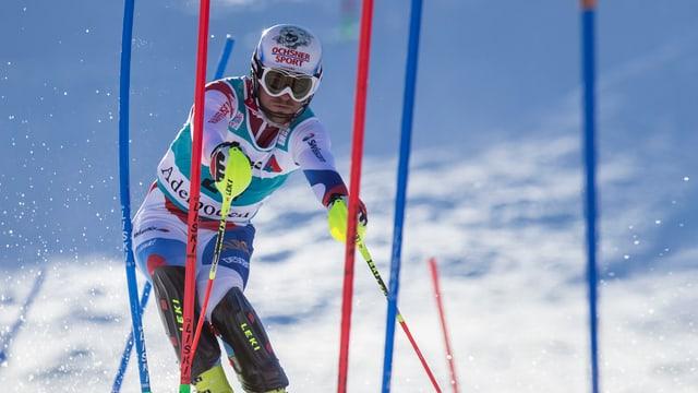 Slalomfahrer zwischen roten und blauen Slalomstangen