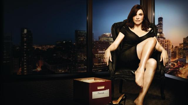 Eine Frau räkelt sich auf einem Bürostuhl. Neben ihr liegt eine Archiv-Box mit Gerichtsmaterial.