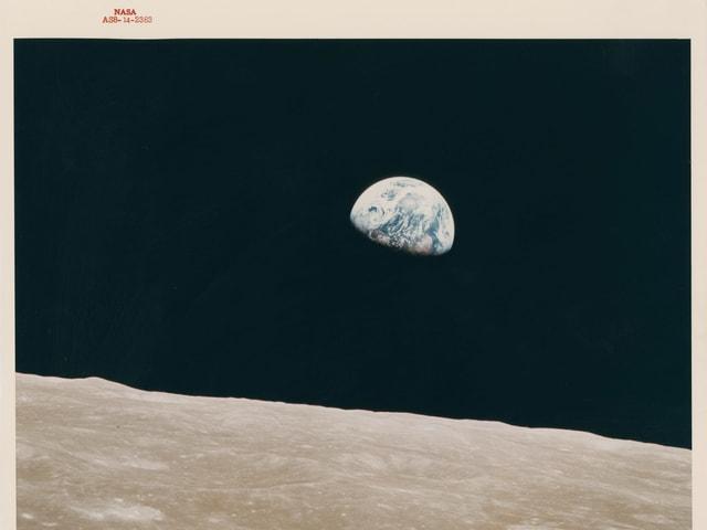 Blick vom Mond auf die Erde - die Erde als halbe Kugel sichtbar, umgeben von schwarz.
