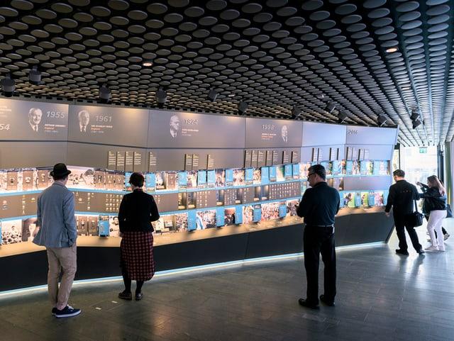Besucher stehen vor Info-Tafeln im Fifa-Museum.