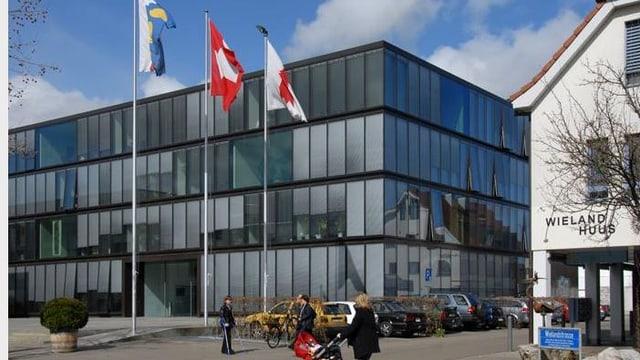 Blick auf das Verwaltungsgebäude der Gemeinde Reinach.