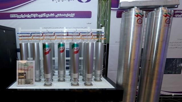 Während des Nationalen Kernenergietags des Irans werden Zentrifugen ausgestellt.