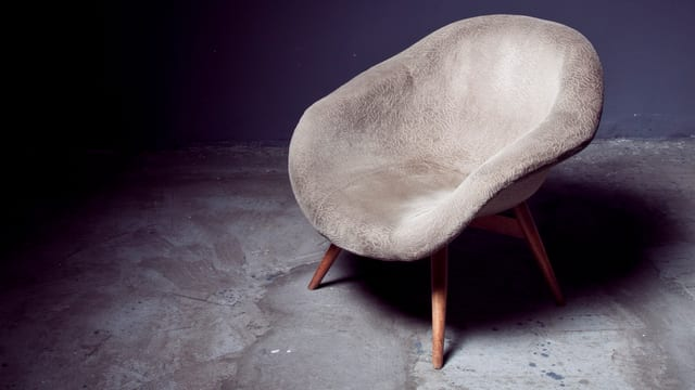 Ein leerer Sessel im Raum