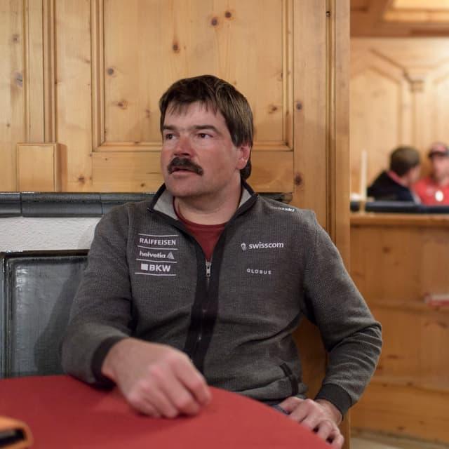 Tom Stauffer sitzt an einem Tisch.