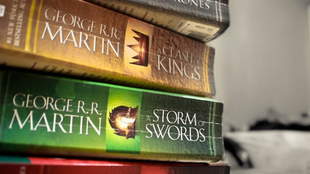 Vier «A Song of Ice and Fire»-Bücher aufeinander