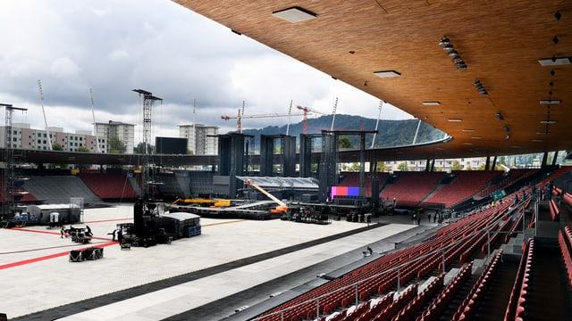 Leere Sitzreihen, im Hintergrund die Konzertbühne.
