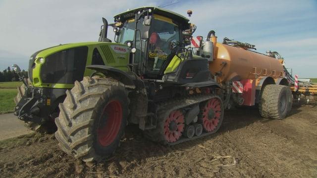 Grosser Traktor mit Güllefass