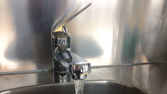 Wasserhahn mit fliessendem Wasser.