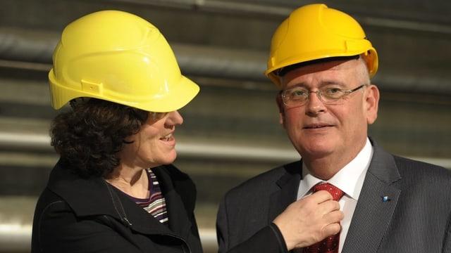 Ruth Genner richtet Markus Kägi die Krawatte
