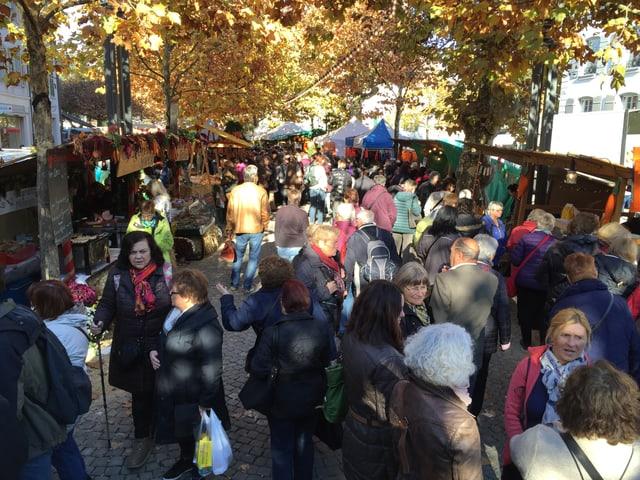 Leute an einem Markt