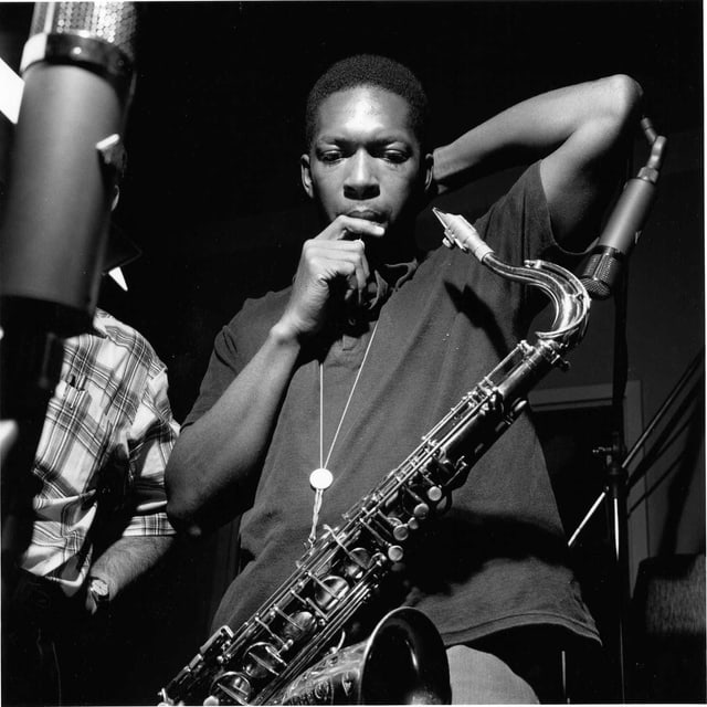 John Coltrane mit einem Saxophon.