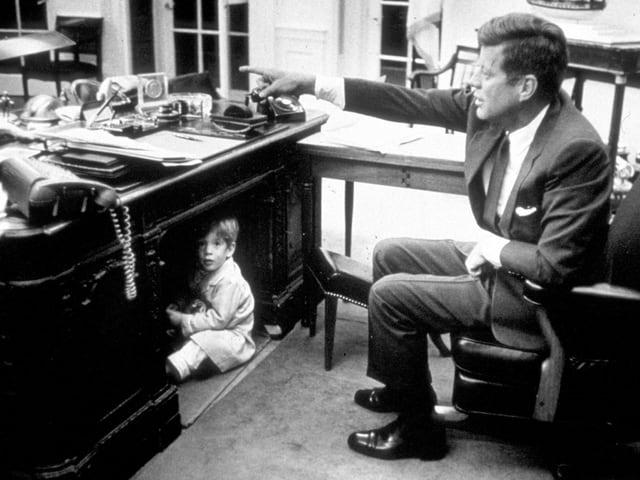Kennedy, unter dem Tisch ein Junge
