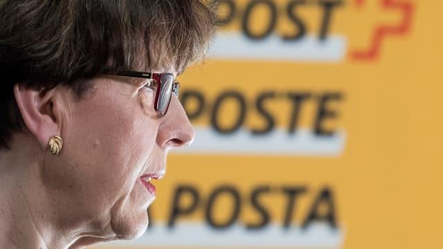 Profil von Susanne Ruoff, im Hintergrund das Logo der Post
