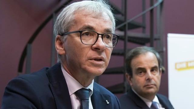 Erich Ettlin spricht in ein Mikofon, hinter ihm CVP-Parteipräsident Gerhard Pfister.