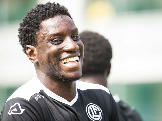 Demba Ba lacht im Training