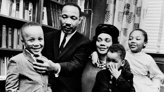 Martin Luther King im Kreise seiner Frau und seiner drei Kinder.