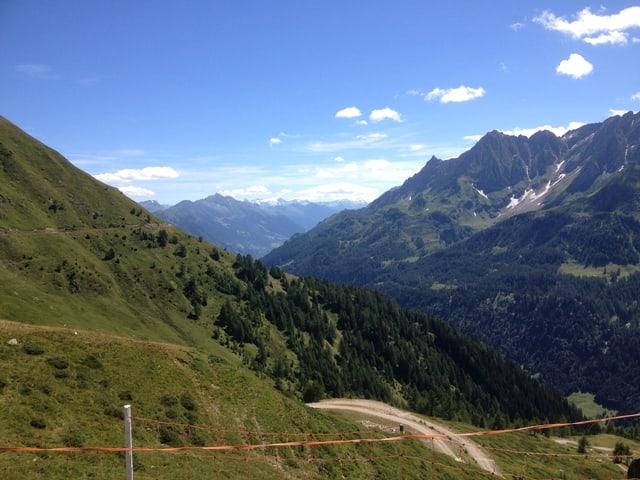 Blick auf eine Alp oberhalb von Airolo.
