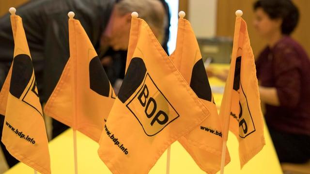 Fähnchen an BDP-Versammlung.