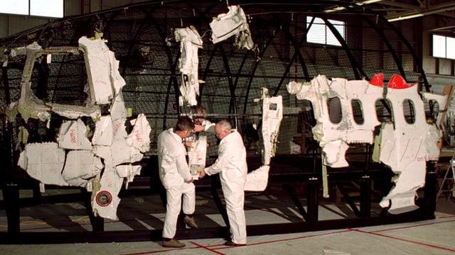 Männer sammeln Teile des Swissair-Flugzeugs, das in Halifax abgestürzt ist
