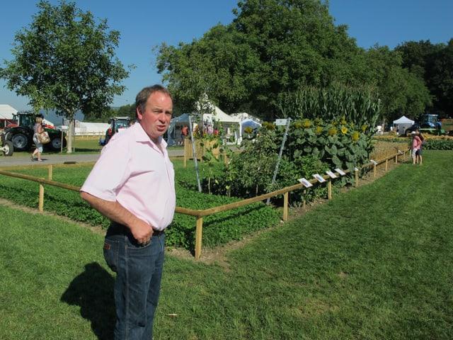 Alois Huber steht vor dem Pflanzgarten.