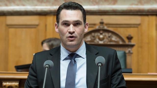 Marcel Dobler am Rednerpult im Parlament.