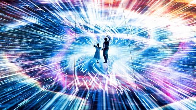 Zwei Schauspieler auf einem bunt beleuchteten LED Boden.