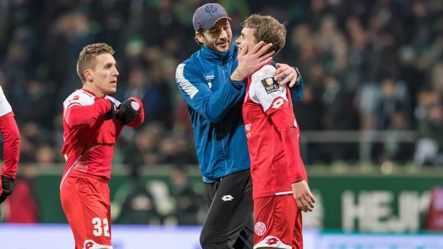 Mainz-Coach Sandro Schwarz herzt Fabian Frei.
