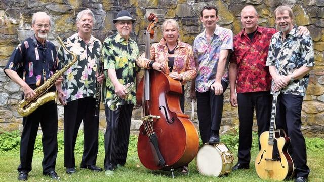 Sechs Musiker und eine Musikerin mit ihren Instrumenten.