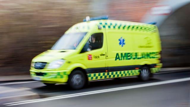 Ein Ambulanz-Fahrzeug im Einsatz.