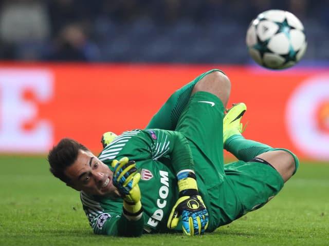 Diego Benaglio hechtet auf dem Rasen einem Ball hinterher.