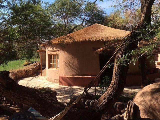 Ein rundes Lehmhaus mit Strohdach.