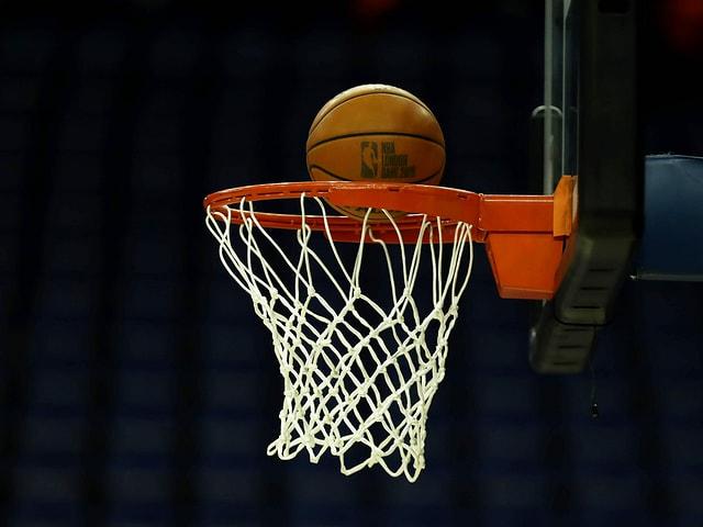Basketball fällt in einen Korb.