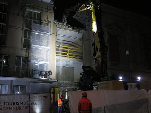Die Fassade des Zwischenbaus, zum Teil schon abgerissen.