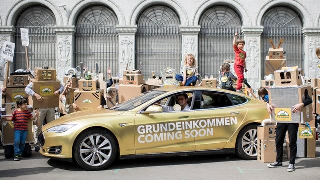 Mit einem goldenen Tesla warben die Befürworter letztes Jahr in Zürich für das bedingungslose Grundeinkommen.