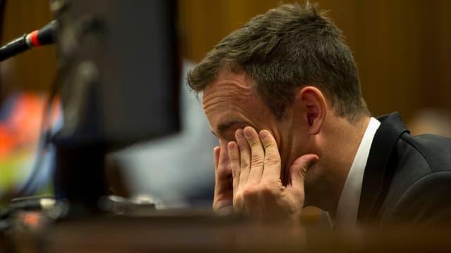 Pistorius hält sich die Hände vor die Augen und weint.