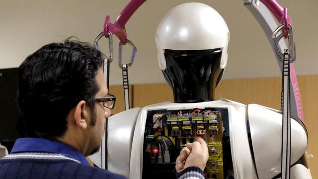Iranischer Student mit Roboter