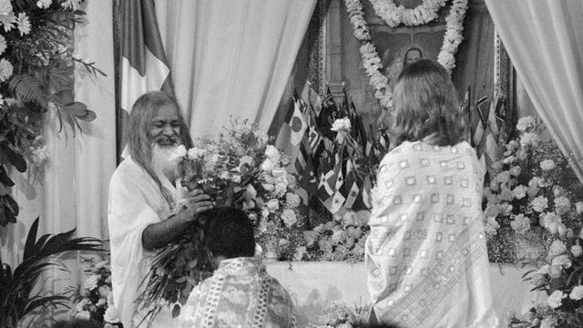 Bild von 1978: Maharishi Mahesh Yogi legt einem Anhänger seine Hände auf.