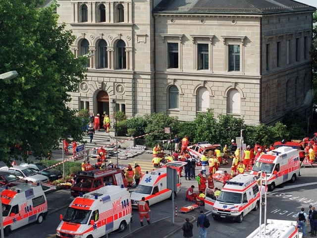 Mehrere Rettungswagen und viele Sanitäter vor dem Regierungsgebäude im Einsatz