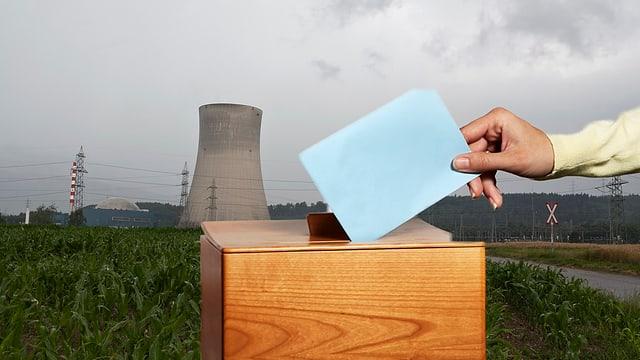 Eine Abstimmungsurne, im Hintergrund das AKW Gösgen.