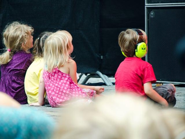 4 Kinder vor der Bühne am Boden