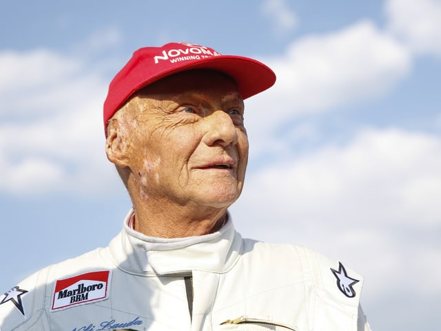 Niki Lauda blickt in die Ferne